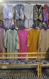 Kleidung kauft im medina von Fes, Marokko Lizenzfreie Stockbilder