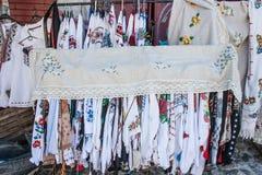 Kleidung mit den ukrainischen nationalen Mustern stickereien Stockfotos