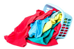 Kleidung mit einem blauen Behälter für das Waschen Stockfotografie
