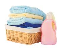 Kleidung mit Reinigungsmittel im Korb Stockfotografie