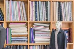 Kleidung ordentlich gefaltet auf Regalen Lizenzfreie Stockfotos