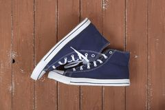 Kleidung, Schuhe und Zubehör - blaue Gummiüberschuhe der Draufsichtpaare flehen an Stockfotos