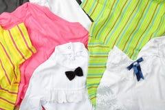 Kleidung, Schuhe und Zubehör - bunte Kinder des Draufsichthaufens Stockfoto