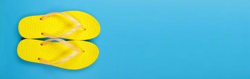 Kleidung, Schuhe und Zubehör - Draufsichtpaare färben Flipflops gelb Lizenzfreie Stockfotografie