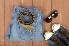 Kleidung, Schuhe und Zubehör - Draufsichtsonnenbrille schnallt gumsho um Stockfoto