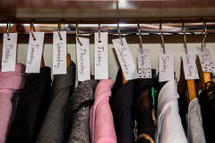 Kleidung sortiert bis zum Tagen in der Garderobe Stockfoto