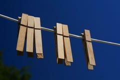 Kleidung-Stöpsel auf einer Zeile Lizenzfreie Stockbilder