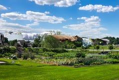 Kleidung und Leinen, die an einer Wäscheleine über einem amischen Garten hängen stockfotos