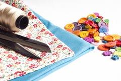 Kleidung und nähende Werkzeuge stockbilder