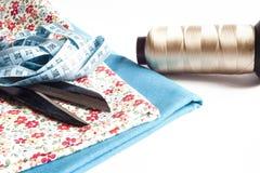 Kleidung und nähende Werkzeuge stockfotografie