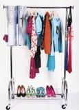 Kleidung und Schuhe auf der Zahnstange Stockfotos