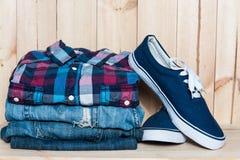 Kleidung und Schuhe auf einem hölzernen Hintergrund Lizenzfreie Stockfotografie