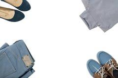 Kleidung und Schuhe der blauen Farbe auf lokalisiertem weißem Hintergrund Lizenzfreie Stockbilder