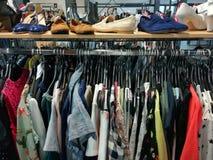 Kleidung und Schuhe für Frauen Stockbilder