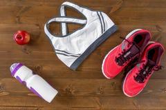 Kleidung und Schuhe für Sport und leichte Mahlzeit Stockbild