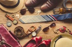 Kleidung und Zubehör für die Männer und Frauen bereit zur Reise Stockbild
