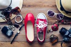 Kleidung und Zubehör für die Männer und Frauen bereit zur Reise - Lebensstil Stockfotografie