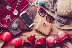Kleidung und Zubehör für Frauen, gesetzt auf einen Bretterboden Lizenzfreies Stockbild