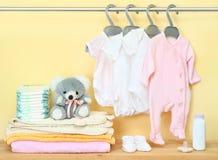 Kleidung und Zubehör für neugeborenes Stockfotografie