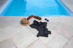 Kleidung weg am Pool Stockfotografie