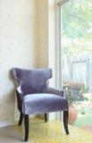 Kleidungarmstühle im Wohnzimmer Stockfotos