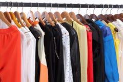Kleidungaufhängung auf Regal Lizenzfreie Stockbilder