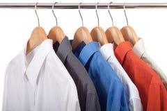 Kleidungaufhängung mit Hemden Stockfotografie