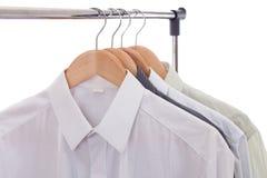 Kleidungaufhängung mit Hemden Lizenzfreies Stockfoto