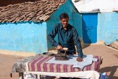 Kleidungs-Weinleseeisen des asiatischen Mannes bügelndes lizenzfreie stockbilder