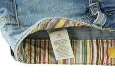 Kleidungsaufkleber mit Wäschereisorgfalt auf Jeans Lizenzfreie Stockfotografie