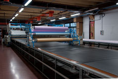Kleidungsfabrik - Gewebe automatisch schneiden stockfotos