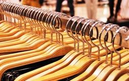 Kleidungspeicher - Aufhängungen Stockbilder
