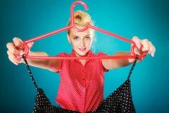 Kleidungsschwarzrock des Pinupmädchens kaufender Verkaufseinzelhandel lizenzfreie stockfotografie
