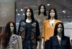 Kleidungsshop der Mannequins in Mode stockfotografie