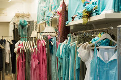 Kleidungsshop mit blauen Kleidern Lizenzfreies Stockfoto