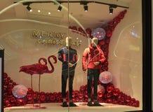 Kleidungsshopfenster der frohen Weihnachten, Wintermodeboutiquen-Anzeigenfenster mit Mannequins Stockbilder
