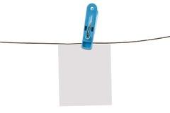 Kleidungsstift und -draht mit Weißbuch Stockfotografie