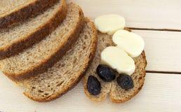 Kleiebrot und außer schwarzen Oliven, Käse, dem schönsten Frühstückskäse und den schwarzen Oliven Im unterschiedlichen Konzeptbro Stockfotografie