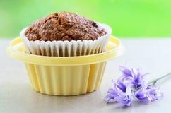 Kleiemuffin im Halter des kleinen Kuchens Lizenzfreies Stockfoto