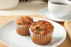 Kleiemuffins und -kaffee Stockfoto