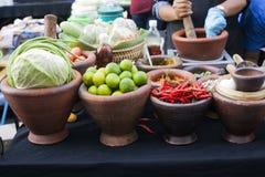 Kleikommen met van de van de verse groentenkool, kalk en Spaanse peper peper royalty-vrije stock foto