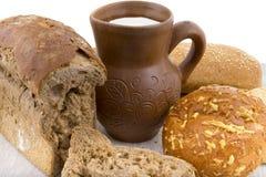 kleikruik met melk, brood stock afbeeldingen