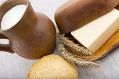 Kleikruik met melk, brood en boter royalty-vrije stock foto's