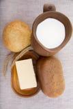 Kleikruik met melk, brood en boter royalty-vrije stock foto