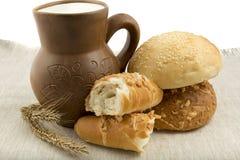 Kleikruik met melk en brood royalty-vrije stock fotografie