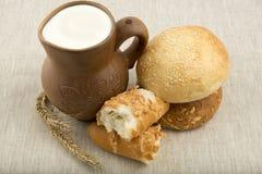 Kleikruik met melk en brood stock afbeelding
