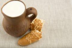 Kleikruik met melk en brood stock fotografie