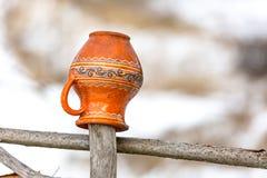 Kleikruik op een houten omheining stock afbeelding