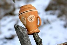 Kleikruik op een houten omheining stock afbeeldingen