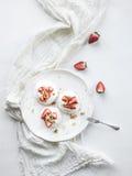 Klein aardbei en pistachepavlovaschuimgebakje stock foto's
